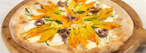 pizza con fiori di zucca mozzarella e alici