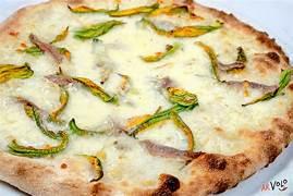 pizza con impasto a 48h di lievitazione con fiori di zucca mozzarella e alici